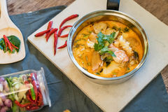 Sur havs- soppa eller Tom Yum Seafood arkivbilder