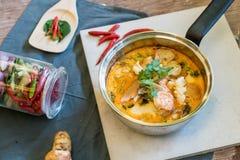 Sur havs- soppa eller Tom Yum Seafood royaltyfri fotografi