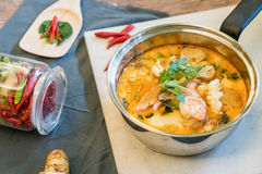 Sur havs- soppa eller Tom Yum Seafood royaltyfri foto