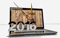 Sur l'écran d'ordinateur portable les horloges indiquent l'approche de la nouvelle année Images stock