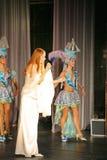 Sur l'étape de concert dans une robe blanche, le chanteur de la menthe de bande, chanteur exagéré Anna Malysheva Rouge Photo stock
