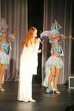 Sur l'étape de concert dans une robe blanche, le chanteur de la menthe de bande, chanteur exagéré Anna Malysheva Rouge Photos stock