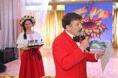 Sur l'étape du comique, de l'auteur et du présentateur populaires du Bluff-club Sergey Prokhorov Image libre de droits