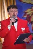 Sur l'étape du comique, de l'auteur et du présentateur populaires du Bluff-club Sergey Prokhorov Image stock