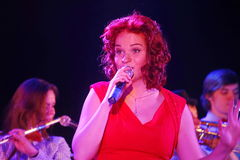Sur l'étape, la menthe verte et le chanteur Anna Malysheva de groupe de bruit-roche de musiciens Chant dirigé rouge de Jazz Rock  Photo libre de droits