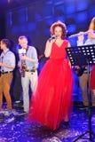 Sur l'étape, la menthe verte et le chanteur Anna Malysheva de groupe de bruit-roche de musiciens Chant dirigé rouge de Jazz Rock  Images libres de droits