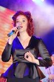 Sur l'étape, la menthe verte et le chanteur Anna Malysheva de groupe de bruit-roche de musiciens Chant dirigé rouge de Jazz Rock  Photographie stock libre de droits