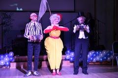Sur l'étape, les clowns, pantomimes, comédiens, acteurs de la troupe de pantomime et de faire le clown de théâtre de pantomime, l Photos stock