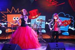 Sur l'étape, les fils roux expressifs de Maria Bessonova de violoniste jumelle générations du trio deux de violon des musiciens a Images libres de droits