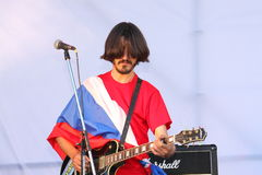 Sur l'étape ouverte du festival sont les musiciens dans un groupe de rock, Darida Images stock