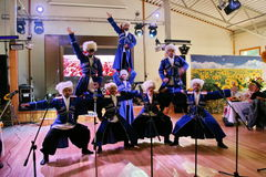 Sur l'étape sont les danseurs et les chanteurs, les acteurs, les membres de choeur, les danseurs du corps de ballet et les solist Photos stock