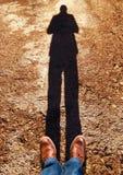 Sur l'asphalte avec une ombre image stock