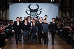 Sur l'aura espionnez le défilé de mode 2013 d'été de source de vu Photos stock