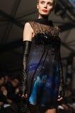 Sur l'aura vendez le défilé de mode 2012 d'été de source de vu Image libre de droits