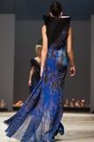 Sur l'aura vendez le défilé de mode 2012 d'été de source de vu Images libres de droits