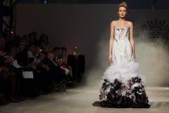 Sur l'aura vendez le défilé de mode 2012 d'été de source de vu Photo stock