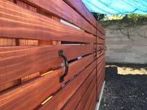 Sur la barrière horizontale de séquoia de douilles Image libre de droits