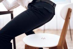 Sur la chaise sont les goupilles de dessin Photo stock