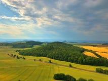 Sur la colline de Cicov en montagnes de Bohème centrales, République Tchèque Photos stock
