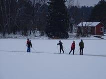 Sur la glace nous pouvons patiner notre archipel et sa belle nature de elle Photo stock