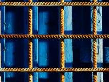 Sur la grille bleue en métal de rouillé Image libre de droits