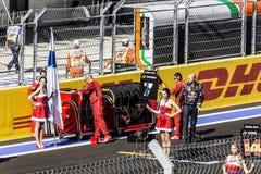Sur la grille commençante attendant l'arrivée de Kimi Raikkonen Images stock