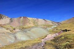 Sur la hausse à la montagne Pérou d'arc-en-ciel Image libre de droits