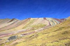Sur la hausse à la montagne Pérou d'arc-en-ciel Images libres de droits