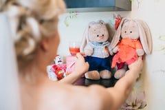 Sur la jeune mariée de rassemblements tenant son jouet mou photos libres de droits