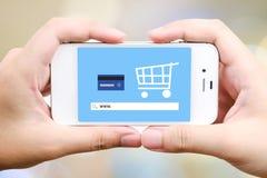 Sur la ligne achats sur l'écran intelligent de téléphone, commerce électronique Image stock
