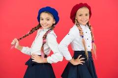 Sur la m?me vague Les ?coli?res portent l'uniforme scolaire formel Cheveux tressés de belles filles d'enfants longs Peu filles av photographie stock