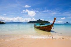 Sur la mi mer de bateau dans Ranong, la Thaïlande Photographie stock