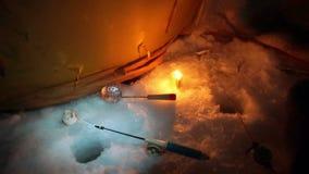 Sur la pêche d'hiver banque de vidéos