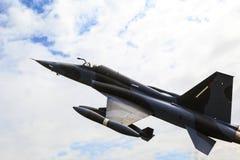 Sur la patrouille - avion de chasse dans l'entre le ciel et la terre Photographie stock libre de droits