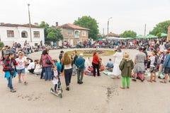 Sur la place en prévision de la danse sur des charbons aux jeux de Nestinar en Bulgarie Photos stock
