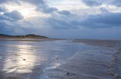 Sur la plage au crépuscule Images libres de droits