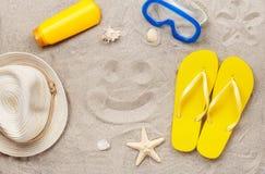 Sur la plage dans le sourire de dessin de sable Photographie stock libre de droits