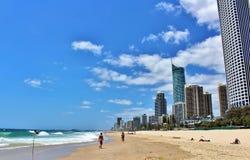 Sur la plage dans les surfers Paradise, l'Australie photographie stock libre de droits