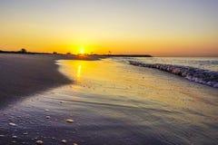 Sur la plage de Barcelone reflète un beau lever de soleil Images libres de droits