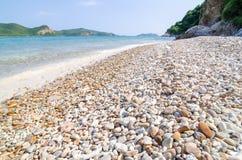 Sur la plage de mer de roche. Photo libre de droits