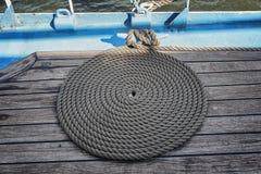 Sur la plate-forme une corde d'une manière ordonnée lovée d'un bateau de navigation image stock