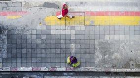 Sur la promenade de rue chez l'homme et la femme de vue supérieure avec des paniers Photographie stock libre de droits