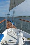 Sur la proue d'un bateau grand Photos libres de droits