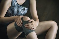 Sur la route à la récupération pour la blessure au genou, exercice de forme physique Image libre de droits