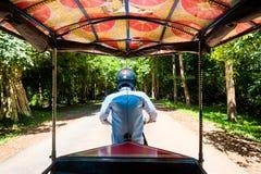 Sur la route, conducteur de pousse-pousse Image stock