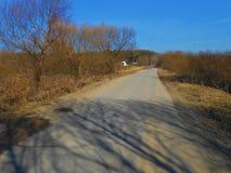 Sur la route dans la journée de printemps ensoleillée photo libre de droits