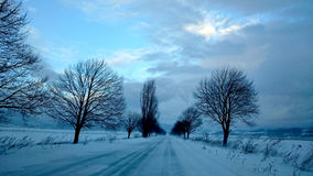Sur la route neigeuse Images libres de droits