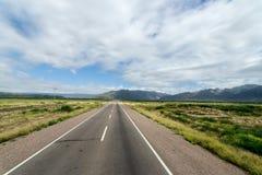 Sur la route vide aux montagnes photo libre de droits