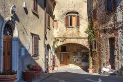 Sur la rue dans le vieux village médiéval Castellina dans le chianti tuscany l'Italie photo stock