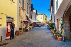 Sur la rue dans le vieux village médiéval Castellina dans le chianti tuscany l'Italie images libres de droits